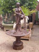 A195 Brunnen, Frau mit Emphore